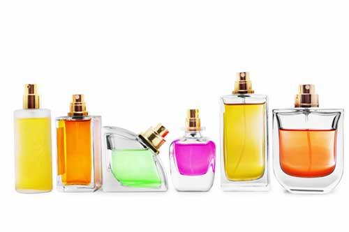 em várias cores em vários frascos